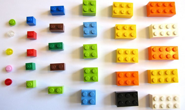некоторые родители додумались использовать даже детальки Лего для изучения таблички умножения.