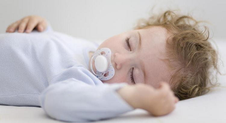 Многих родителей интересует, как научить ребенка засыпать без груди.
