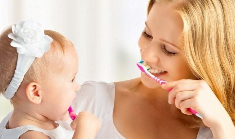 говорить о том, как научить ребенка засыпать без грудного кормления, можно уже с появлением первых зубиков, ведь новый ритуал с зубной щеткой наверняка заинтересует малыша.