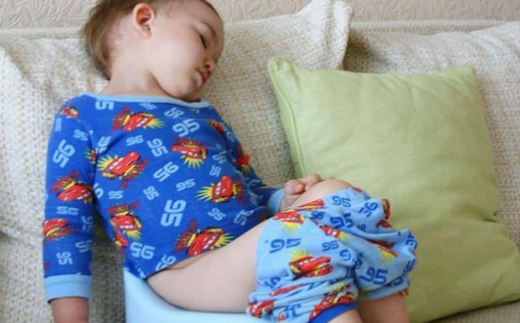 Узнайте, как отучить ребенка спать в памперсе ночью.