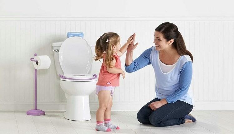 Чрезвычайно важное значение имеет похвала, которую вы подарите малышу за его успехи в приучении к горшку.