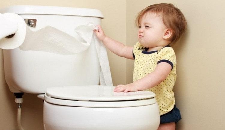 Многим деткам интересно опробовать унитаз.