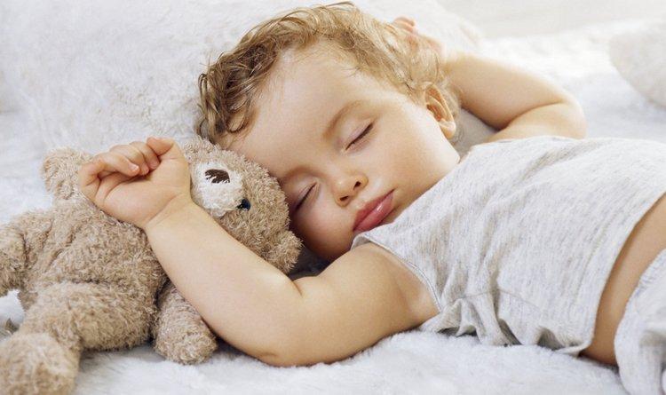 Новая игрушка это неплохой способ, как отучить ребенка спать с соской.