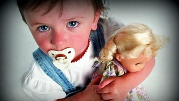 Уже в год можно спокойно приучать малыша к жизни без пустышки.