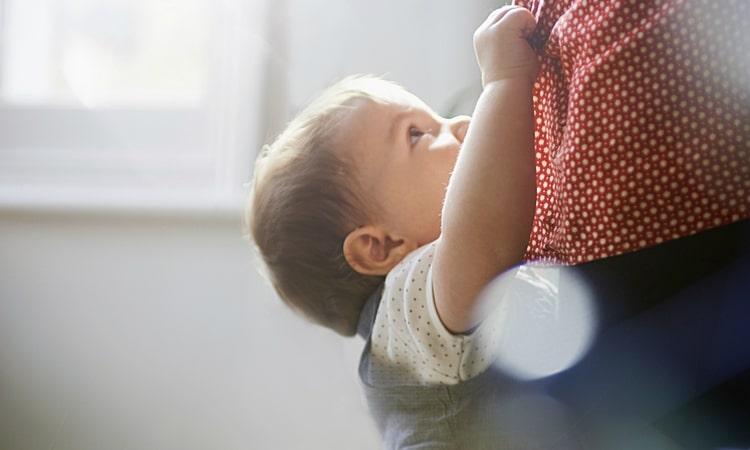В процессе отвыкания от пустышки для ребенка будет очень важным контакт со взрослым.