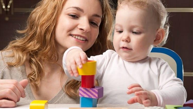 Чтобы малышу не хотелось сосать палец, займите его игрой, подарите ему общение и ласку.