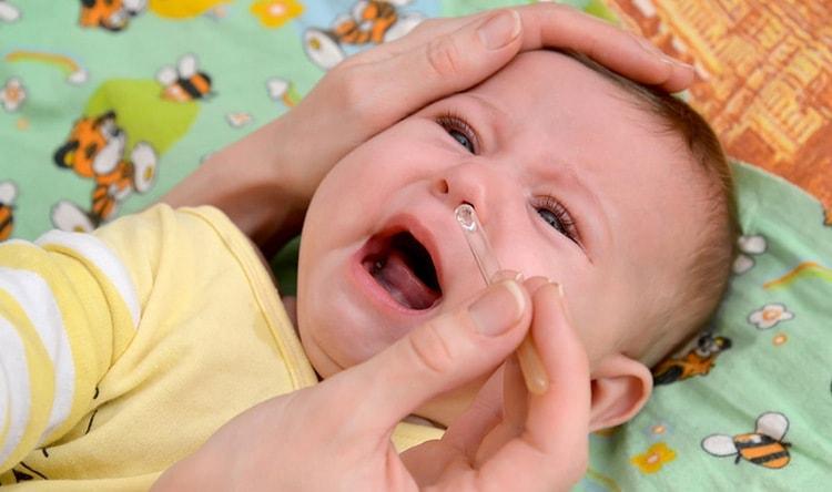 Посмотрите, как закапывать капли в нос ребенку.