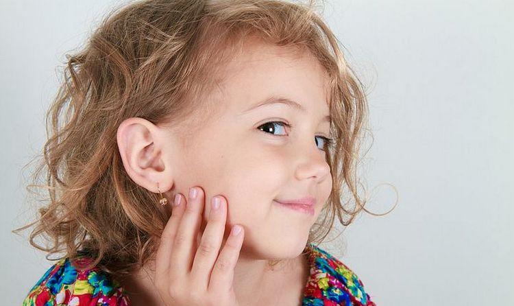 Поговорим о том, когда лучше прокалывать уши ребенку.