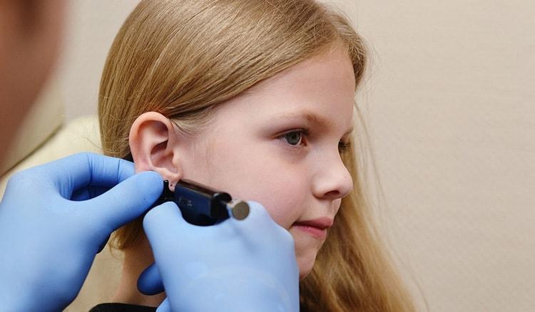 Специалисты относительно вопроса о том, в каком возрасте лучше прокалывать уши девочке, сходятся во мнении, что это 11-12 лет.