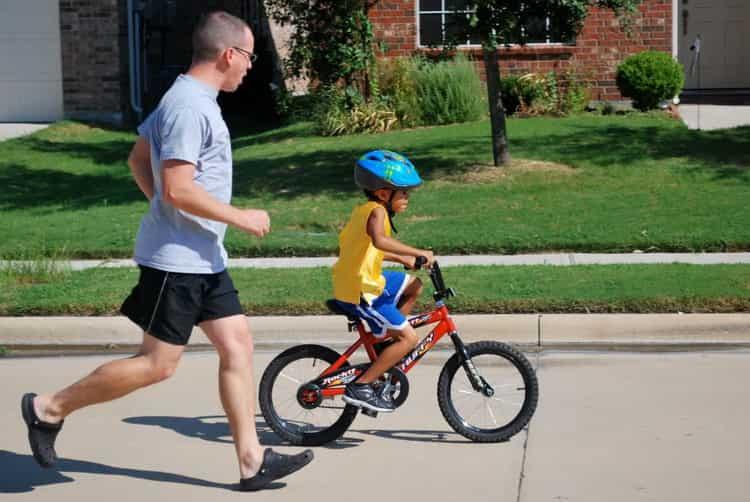 как научить ребенка кататься на велосипеде видео