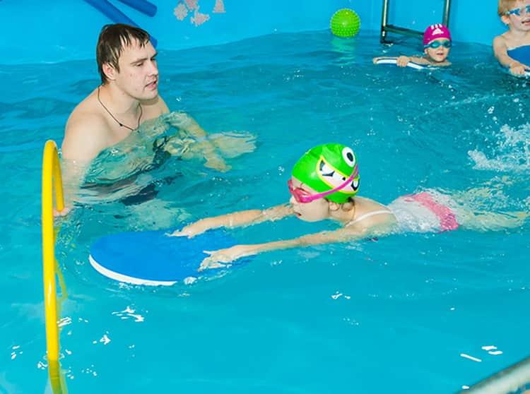 как ребенка научить плавать в 7 лет