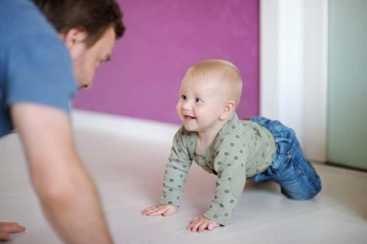 Как научить ребенка правильно ползать